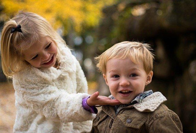 rozkošný chlapec se sestrou