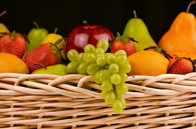 koš s ovocem