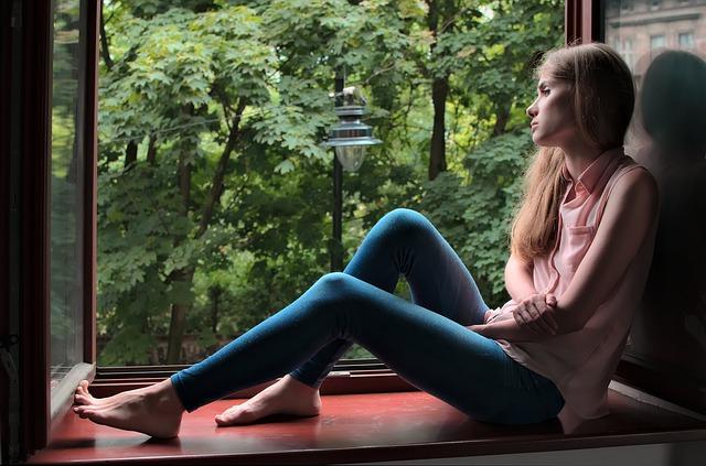 žena sediaca vo veľkom okne.jpg