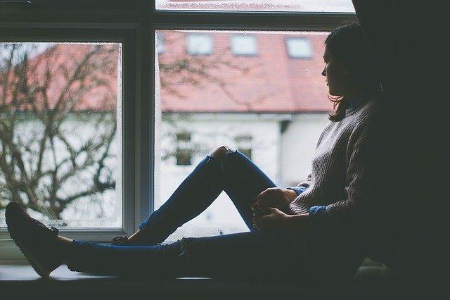 žena pri okne.jpg