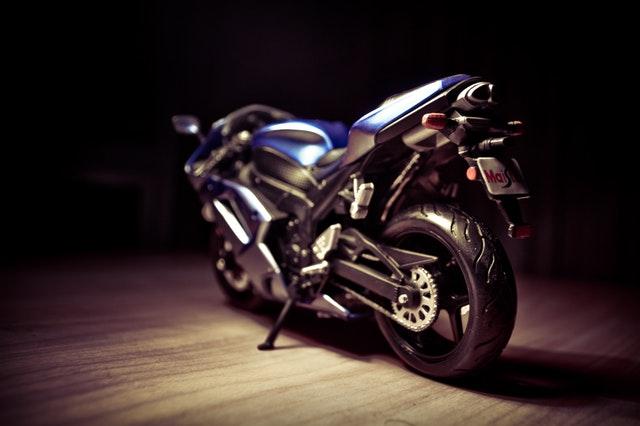 modrá motorka v garáži