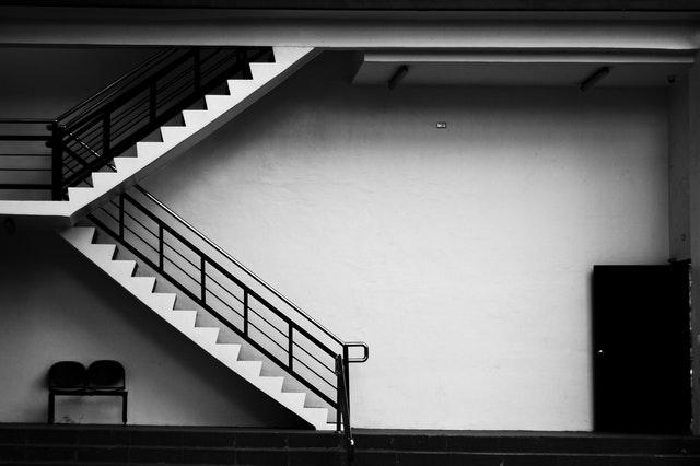 Schodisko zo zábradlím, biele schody, stena